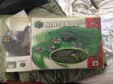 The picture of the Nintendo 64 : Une série fantastique : vert jungle + manette et carte-mémoire (Canada) bundle