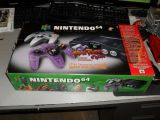 The picture of the Nintendo 64 Atomic Purple (violet atomique) (Canada) bundle